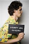 Mug shot de l'homme en chemise hawaïenne avec les coupures et les égratignures