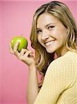 Femme souriant avec pomme verte