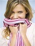 Chemise de tenue de femme en souriant