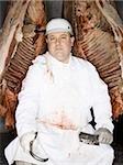 Assis avec carcasse et crochet de viande de boucherie