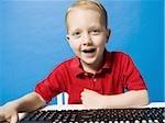 Junge, sitzen an der Tastatur lächelnd