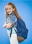 Sourire de jeune fille avec bras croisés et sac à dos