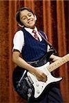 Junge auf der Bühne spielen e-Gitarre