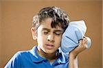 Boy holding Eisbeutel auf den Kopf