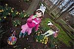 Filles recherchant des oeufs de Pâques