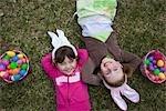Filles se trouvant à côté de paniers de Pâques