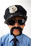 Garçon habillé comme agent de Police