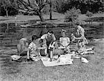 1950ER JAHRE FAMILIE PICKNICK IM PARK MIT COLLIE