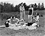 ANNÉES 1930 GROUPE DE CINQ HOMMES & FEMMES AYANT PIQUE-NIQUE EN BOIS TOUT SAUF UNE EN MAILLOT DE BAIN