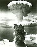 ANNÉES 1950 ATOMIC BOMB EXPLOSION MUSHROOM CLOUD