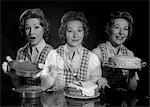 ANNÉES 1950 TRIPLE EXPOSITION SOURIANT FEMME MÉNAGÈRE EN TABLIER AVEC DES COUCHES DE GÂTEAU GLAÇAGE ET TERMINÉ LE GÂTEAU EN REGARDANT LA CAMÉRA