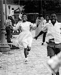 1970ER JAHRE GRUPPE VON AFRICAN AMERICAN KINDER LAUFEN HINUNTER BÜRGERSTEIG