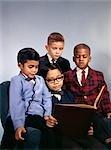 1960ER JAHRE PORTRÄT VON VIER JUNGEN ETHNISCHEN MIX AFROAMERIKANER WEIßEN ASIATISCHEN SPANIER TRAGEN ANZÜGE BUCH ZU LESEN