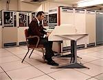 DES ANNÉES 1970 L'HOMME ASSIS TRAVAIL STATION RCA PRINCIPAUX CADRES DONNÉES SYSTÈME INFORMATIQUE