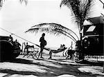 1930ER JAHREN PAAR MANN FRAU ON VACATION TOURING AUTO UND WOHNWAGEN IN SILHOUETTE