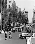 1939 30ER JAHRE RETRO ROCKEFELLER CENTER AUTO- UND FUßGÄNGER-VERKEHR FIFTH AVENUE NEW YORK CITY, VEREINIGTE STAATEN