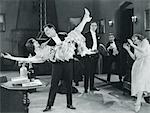 FILM DES ANNÉES 1920 ENCORE DE WILD PARTY AVEC CLAPET DE FEMME S'EST RENVERSÉ À BRAS D'HOMME DANSANT