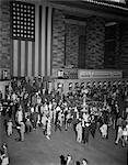 ANNÉES 1940 FOULE GRAND CENTRAL STATION GRAND DRAPEAU AMÉRICAIN ACCROCHÉ MUR BILLET WINDOWS INFORMATION BOOTH NAVETTEURS VOYAGE