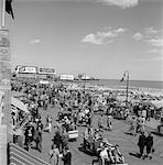 ANNÉES 1950 FOULE GENS HOMMES FEMMES BOARDWALK ATLANTIC CITY NJ PLAGE ÉTÉ RIVE VACANCES