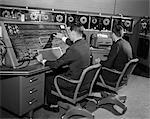ANNÉES 1960 ANNÉES 1950 ORDINATEUR UNIVAC SALLE AVEC DEUX HOMMES QUI TRAVAILLAIENT AU CLAVIER CONSOLE ET MACHINE À ÉCRIRE