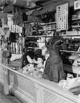 INTÉRIEUR DU MUSÉE DE LA FERME À LANCASTER PA MIS EN PLACE COMME UN OLD COUNTRY STORE AVEC COUTURE MERCERIE CHAUSSURES CORSET CHAPEAUX ETC..