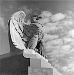 ADLER STATUE GEGEN HIMMEL WOLKEN EAGLE REGIERUNG WINGS AUSBREITUNG FEDERN TALONS GELOCKT ÜBER RAND DER BASIS PHILADELPHIA 30TH STREET