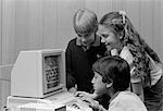 80ER JAHRE JUNGE SITZT VOR SPIELEN COMPUTERSPIELE BOY & MÄDCHEN AUF ÜBER DIE SCHULTER SCHAUEN