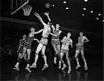 ANNÉES 1950 COLLEGE BASKETBALL BALTIMORE GUERRIERS PHILADELPHIE BALL EST EN AIR JOUEURS SAUTANT SOUS LE CERCEAU