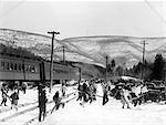 1940ER JAHREN GRUPPEN VON LEUTEN, DIE SKI-AUSRÜSTUNG VON TRAIN TRACKS BEAR MOUNTAIN-NEW YORK-USA