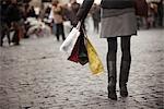 Frau, die Einkaufstaschen auf der Piazza Navona, Rom, Italien