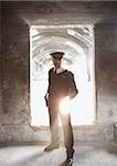 Wachmann mit Taschenlampe prüfen bunker