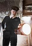 Leuchtende Taschenlampe in Bunker Wachmann