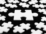 Großes Puzzleteil, umgeben von kleineren