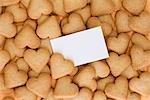 Carte vierge dans un tas de coeur en forme de Cookies