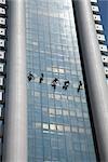 Laveurs de vitres sur le côté du bâtiment, Silom, Bangkok, Thaïlande