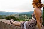 Femme regardant, Radda in Chianti, Province de Sienne, Toscane, Italie