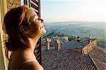 Femme à la fenêtre, Todi, Province de Pérouse, Ombrie, Italie
