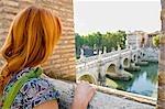 Femme regardant, Castel Sant ' Angelo, du Tibre, Rome, Latium, Italie