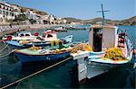 Pêche des bateaux dans le port de Skala Patmos, îles du Dodécanèse, îles grecques, Grèce, Europe