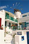 Maison blanche avec le moulin à vent à l'arrière-plan sur Mykonos, Iles Cyclades, îles grecques, Grèce, Europe