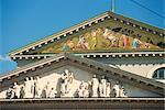 Gros plan de statues et de décoration sur la façade du Théâtre National de Munich, Bavière, Allemagne, Europe