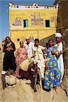 Porträt einer Familie, drei Generationen, darunter ein Junge auf einem Esel vor ihren bemalte Haus in der Alabaster Dorf des Dra Abul Naga, Ägypten, Nordafrika, Afrika