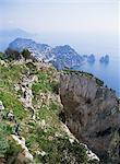 Lointain village de Capri et les trois rochers Faraglioni, du Mont Solare, le point culminant de l'île de Capri, Campanie, Italie, Méditerranée, Europe