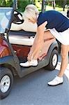 Golfspieler binden Schuhe