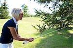 Golfspieler Golfball von einem Baum abrufen