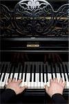 Menschliche Hände, ein Klavier spielen