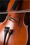 Ein Cello mit einem Bogen quer dazu gezeichnet wird