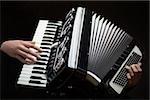 Menschliche Hände spielen ein Akkordeon