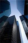Vue d'angle faible des bâtiments dans le quartier financier, Manhattan, New York City