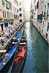 Un restaurant et des gondoles sur un canal à Venise